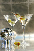 Martinis with green olives on bar counter — Stock Photo