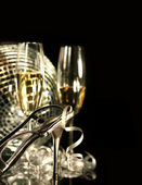Silver party shoe with glasses of champagne on black — Foto de Stock