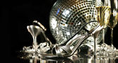 Silver party shoes with champagne glasses — Photo