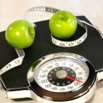 scala di peso con mele verdi — Foto Stock