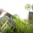 Trash, empty cans and bottles in grass — Stockfoto