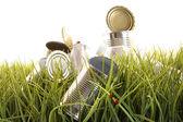 Olvidado latas vacías y botellas en pasto — Foto de Stock