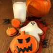 Foto Stock: Halloween cookies with milk