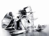 堆的壶和反对白锅 — 图库照片