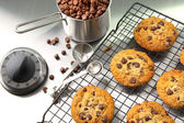Freshly baked chocolate chip cookies — Stock Photo