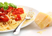 Spagettini noodles with homemade tomato sauce and basil — Stock Photo