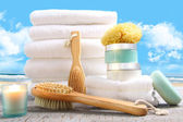 White towels with bath asessories at the beach — Stockfoto