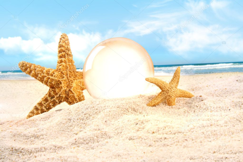 Crystal ball with starfish in the sand — Stock fotografie #3348448