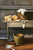 Oude wassen bad met zeep en struikgewas borstels — Stockfoto