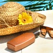 Straw hat, glasses and suntan lotion — Stock fotografie #3390092