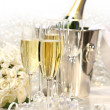 Champagne and a bouquet of roses - Foto Stock