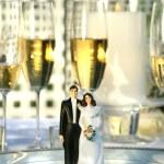 Wedding cake figurines on dinner plate — Stock Photo #3402305