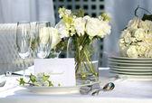 Bílá karta místo na venkovní svatební stůl — Stock fotografie