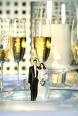 Düğün pastası figürler üzerinde yemek tabağı — Stok fotoğraf