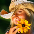 Young woman holding  daisy — Stockfoto