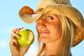 Healthy young woman eating an apple — Stockfoto
