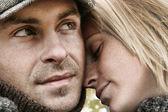 愛の embrasing で若いカップル — ストック写真