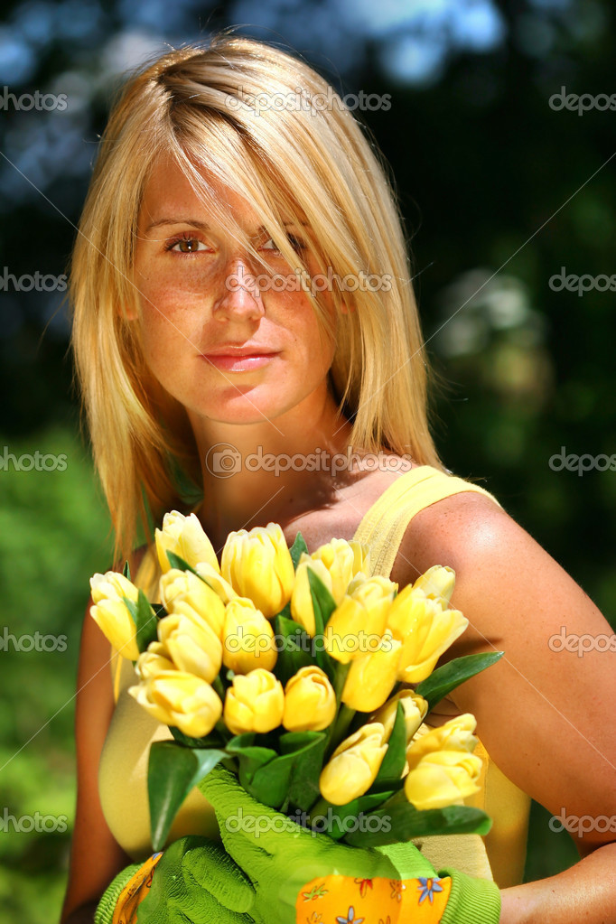 Pretty woman holding a bouquet of tulips  — Stock Photo #3450135