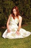 Dziewczyna siedzi na trawie. — Zdjęcie stockowe