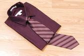 бордовый рубашка с галстуком. — Стоковое фото