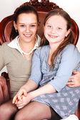 Mor och dotter i fåtölj. — Stockfoto