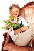 Senior donna con fiori. — Foto Stock