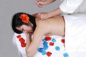 китайская девушка получить массаж. — Стоковое фото