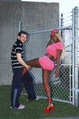 Jovem mulher e homem em uma cerca de arame. — Foto Stock