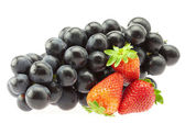 ブドウとイチゴを白で隔離されるの束 — ストック写真