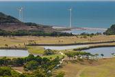 Lugar de golf con verde agradable y molino de energía después del lugar — Foto de Stock