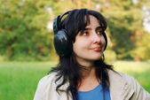 Woman enjoys the music outdoors — Stock Photo