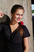 Giovane bella donna magra del muro di cemento — Foto Stock