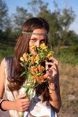 Menina hippie cheira lily ao ar livre — Foto Stock