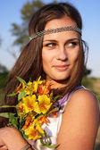 Chica hippie con lily al aire libre — Foto de Stock