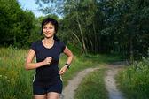 Kobieta biegania na świeżym powietrzu w lesie — Zdjęcie stockowe