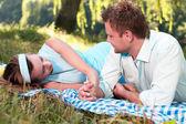 Coppia di innamorati in parco — Foto Stock
