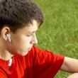 Teens listen to mp3 player — Stock Photo