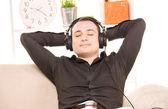 Człowiek w słuchawkach — Zdjęcie stockowe