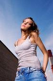 Jovem mulher sexy em jeans azul — Foto Stock