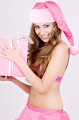 веселый санта вспомогательный девушка с подарочной коробке — Стоковое фото