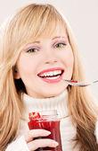 Ragazza felice con marmellata di lamponi — Foto Stock