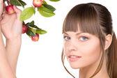красивая женщина с ветки яблоко — Стоковое фото