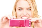 Femme heureuse en utilisant le téléphone appareil photo — Photo