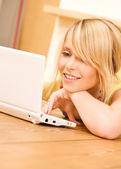 Tonårsflicka med bärbar dator — Stockfoto