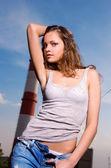 Jovem mulher sexy em jeans azul — Fotografia Stock