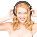 Gelukkige vrouw in hoofdtelefoon — Stockfoto