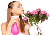 Prachtige huisvrouw met bloemen — Stockfoto