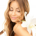 白花的美丽女人 — 图库照片
