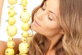 Schöne frau mit grünen äpfeln — Stockfoto