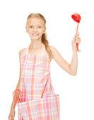 Malá hospodyňka s červeným naběračku — Stock fotografie
